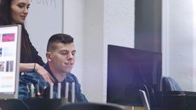 Massage für betonten Mitarbeiter Gesch?ftsfrau, die Massage ihren Kollegen antut Gut aussehender Mann, der nachher genießt und st stock video footage
