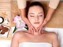 Massage für Kopf im Badekurortsalon Stockfoto
