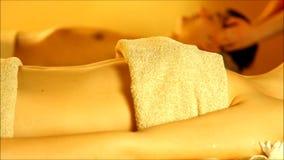 Massage für Paare in der warmen Atmosphäre des Salons stock video footage