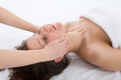 Massage facial à la fille Photos stock