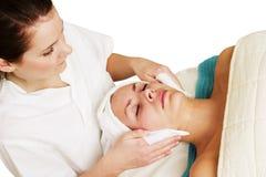Massage facial à la station thermale photos libres de droits