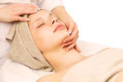 Massage facial à la station thermale de jour Photographie stock libre de droits
