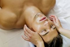 Massage facial photos libres de droits