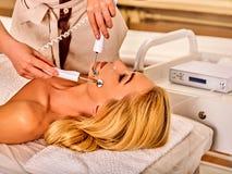 Massage facial au salon de beauté Soins de la peau électriques de femme de stimulation Photos libres de droits