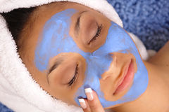 Massage facial bleu de station thermale photo stock