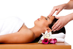 Massage facial dans la station thermale image stock