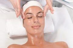 Massage facial de détente photo stock