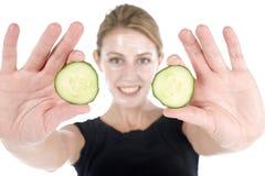 Massage facial de station thermale avec le concombre Photos libres de droits