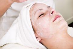 Massage facial de station thermale de beauté Photos stock