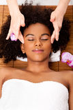 Massage facial de temple dans la station thermale de beauté Image stock