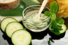 Massage facial en bon état de station thermale de concombre Images stock