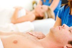 Massage: Fokus auf Händen Lizenzfreie Stockbilder