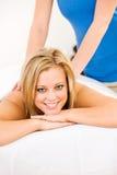 Massage: Frau erhält Rückenmassage Lizenzfreie Stockfotografie