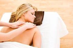 Massage: Frau erhält Schulter-Massage Lizenzfreie Stockfotografie