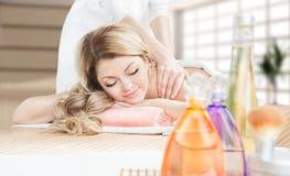 Massage i brunnsortsalong. arkivbild