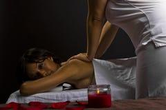 Massage i en mörk lokal arkivbilder