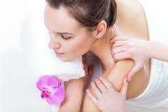 Massage im Badekurort lizenzfreie stockbilder