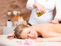 Massage im Badekurort stockbilder
