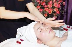 Massage im Schönheitssalon Stockbilder