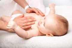 Massage infantile de coffre photographie stock libre de droits
