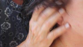 Massage am Kopf und an den Ohren stock video