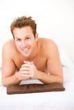 Massage: Mann bereit zur Rückenmassage Lizenzfreie Stockfotografie