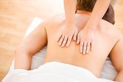 Massage: Mann erhält Throrough-Rückenmassage Lizenzfreies Stockbild