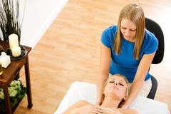 Massage: Massage-Therapeut bei der Arbeit Lizenzfreie Stockbilder