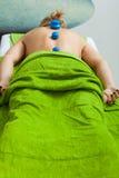 Massage med att kupa exponeringsglas i kosmetolog Arkivbilder