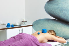 Massage med att kupa exponeringsglas i kosmetolog Arkivfoton