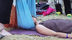 Massage med en torkduk stock video