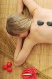 Massage med varma vulkaniska stenar royaltyfri fotografi