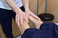 Massage med vulkaniska stenar och händer Royaltyfria Bilder