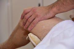 Massage med vulkaniska stenar och händer Royaltyfri Fotografi