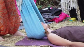 Massage met een doek stock footage
