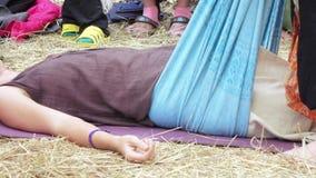 Massage met een doek stock videobeelden