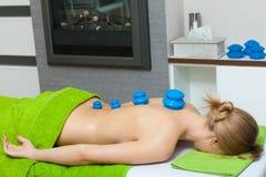 Massage met het tot een kom vormen van glas in schoonheidsspecialist royalty-vrije stock foto