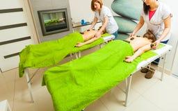 Massage met hete rotsenstenen in schoonheidsspecialist Royalty-vrije Stock Foto's