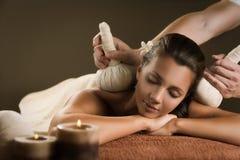 Massage met Kruidenballen Stock Afbeeldingen