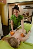 Massage met sinaasappelen Stock Foto's