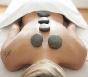 Massage met stenen Stock Foto's