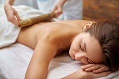 Massage mit Bambusstöcken Stockbild