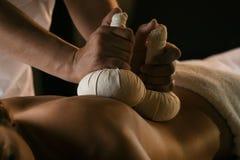 Massage mit Kräuterbällen Luxusbadekur Stockfoto