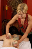 Massage mit siamesischen Kompressen Lizenzfreie Stockfotografie