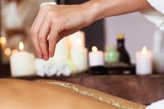 massage Mulher bonita nova no ambiente dos termas imagem de stock royalty free