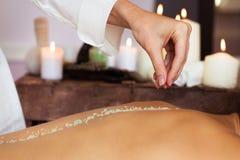 massage Mulher bonita nova no ambiente dos termas foto de stock royalty free