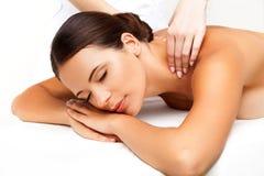Massage. Närbild av en härlig kvinna som får brunnsortbehandling royaltyfria bilder