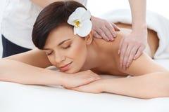massage Närbild av en härlig kvinna som får Spa behandling royaltyfria bilder