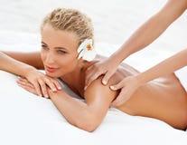 Massage. Nahaufnahme einer Schönheit, die Badekur erhält Stockfoto