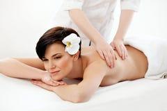 massage Nahaufnahme einer Schönheit, die Badekur erhält Stockbild